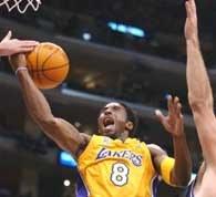 Grizzlies - Lakers 106:112. Kobe Bryant w ataku na kosz gospodarzy