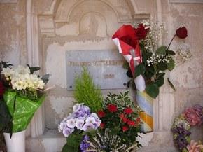 Grob Prezydenta, zwykla marumurowa tabliczka w murze.