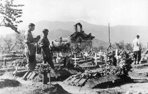 Groby polskich żołnierzy poległych pod Monte Cassino w San Vittore del Lazio /Z archiwum Narodowego Archiwum Cyfrowego