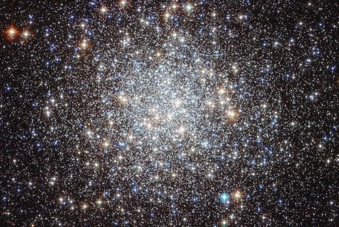 Gromada kulista M9 - nie sposób zliczyć tu wszystkich gwiazd, więc wykrycie planet jest jeszcze trudniejsze /NASA