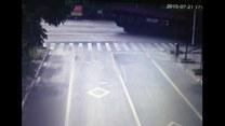 Groźny wypadek w Chinach. Cegły omal nie zmiażdżyły osobówki