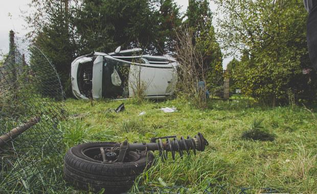 Groźny wypadek w Miejscu Piastowym. Osobówka spadła z wysokiej skarpy