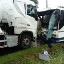 Groźny wypadek w Trzemiętowie. Czołowe zderzenie autobusu z ciężarówką