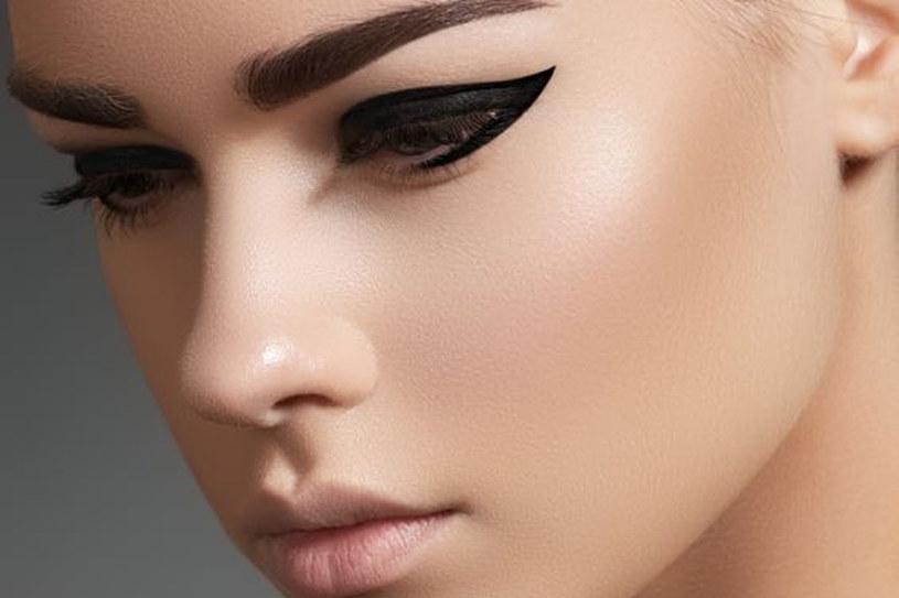 Gruba, ciemna kresa namalowana wokół oczy to propozycja na wieczorny makijaż /123RF/PICSEL