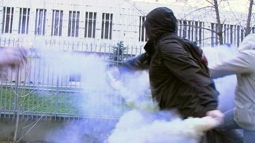 Grupa kilku młodych ludzi próbowała wrzucić race na teren polskiej placówki dyplomatycznej /AFP