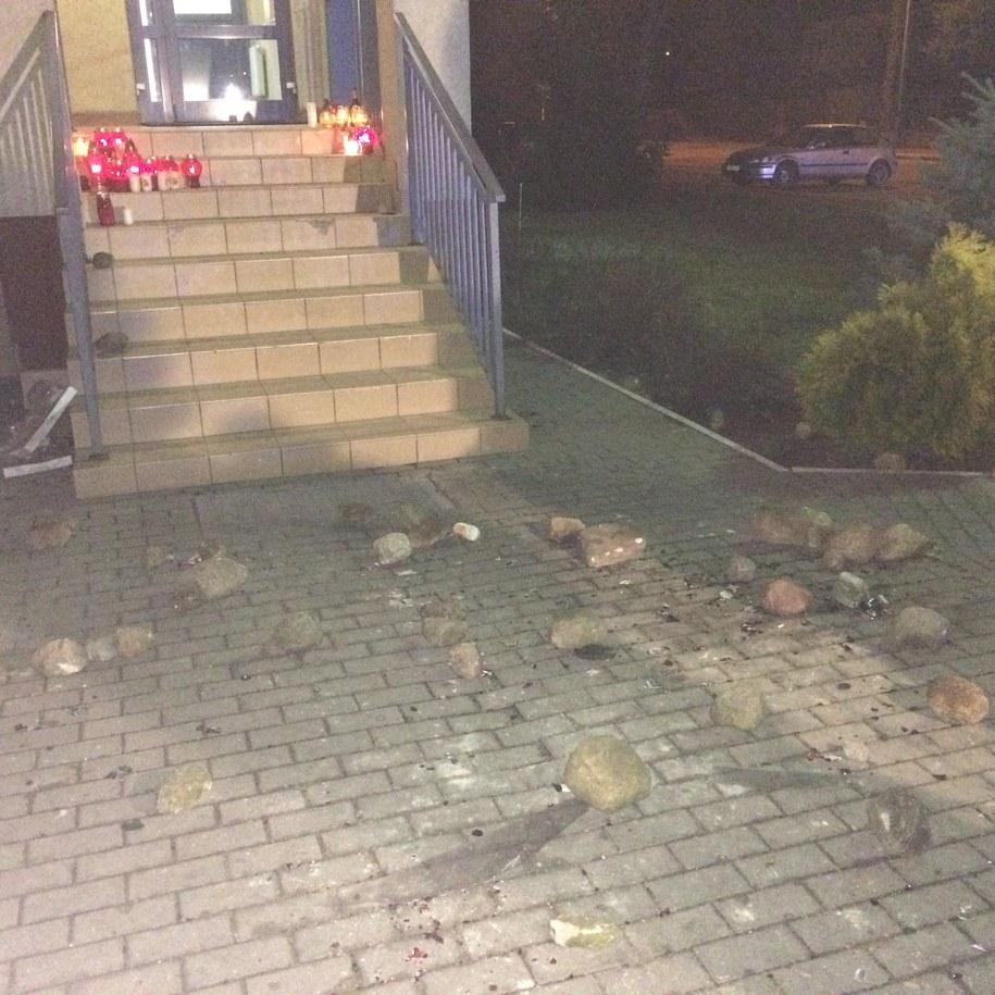 Grupa młodych ludzi zaatakowała policjantów, a potem kamienie poleciały w stronę siedziby policji /Grzegorz Kwolek /RMF FM