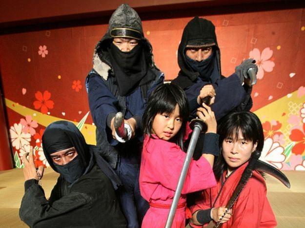 Grupa Ninja atakuje znienacka, jak na prawdziwego ninja  przystało /AFP
