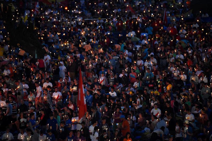 Grupa pielgrzymów z Zimbabwe, wracająca po wieczornym czuwaniu modlitewnym z papieżem Franciszkiem odjechała, zostawiając chłopca /Radek Pietruszka /PAP