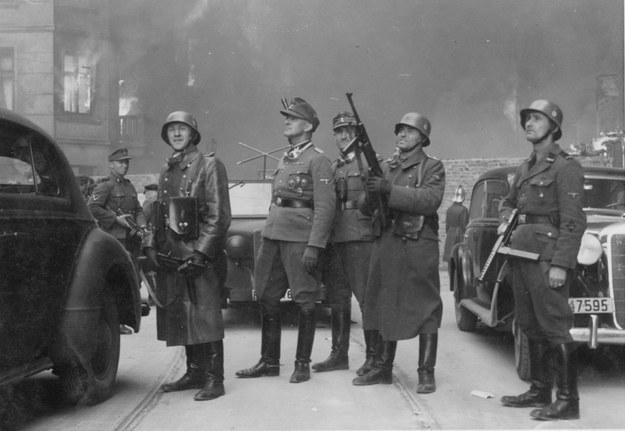 Gruppenführer Jurgen Stroop podczas tłumienia powstania w warszawskim getcie /domena publiczna
