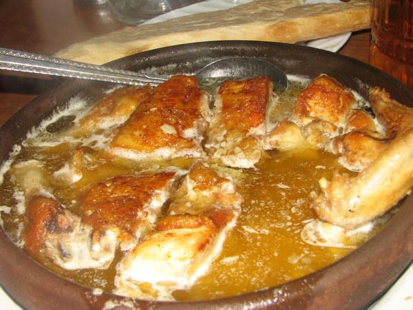 Chkmeruli - pieczony pikantny kurczak w mocno czosnkowym sosie.