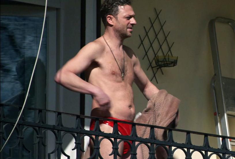 """Grzegorz Damięcki """"przyłapany"""" na balkonie w scenie z filmu """"Podatek od miłości' /materiały dystrybutora"""