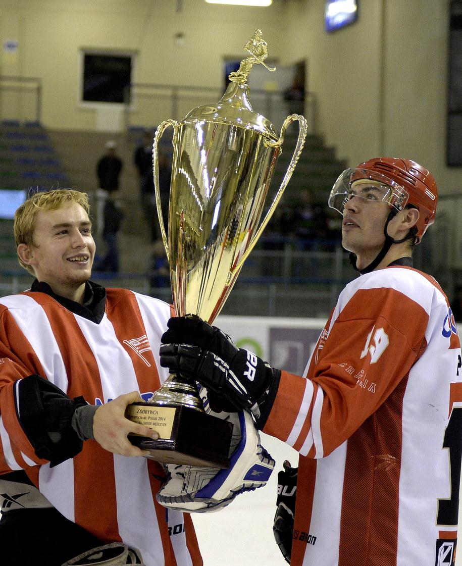Grzegorz Pasiut (po prawej) i Robert Kowalówka z Superpucharem /Darek Delmanowicz /PAP