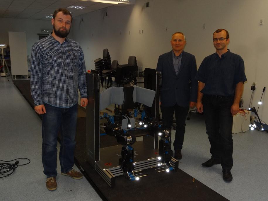 Grzegorz Piątek (po lewej), prof. Wiesław Chwała i Bartłomiej Wielogórski podczas testów urządzenia PRODROBOT /Grzegorz Jasiński /RMF FM