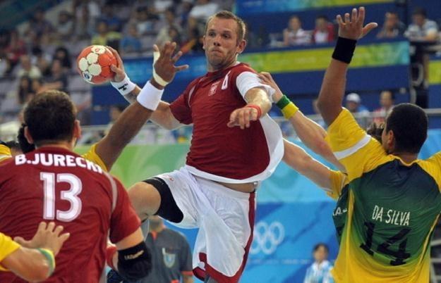 Grzegorz Tkaczyk atakuję bramkę Brazylii podczas IO w Pekinie. /AFP