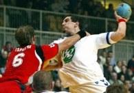 Grzegorz Tkaczyk (tyłem) blokuje Milorada Krivokapica z Serbii i Czarnogóry podczas ME'2004 /AFP