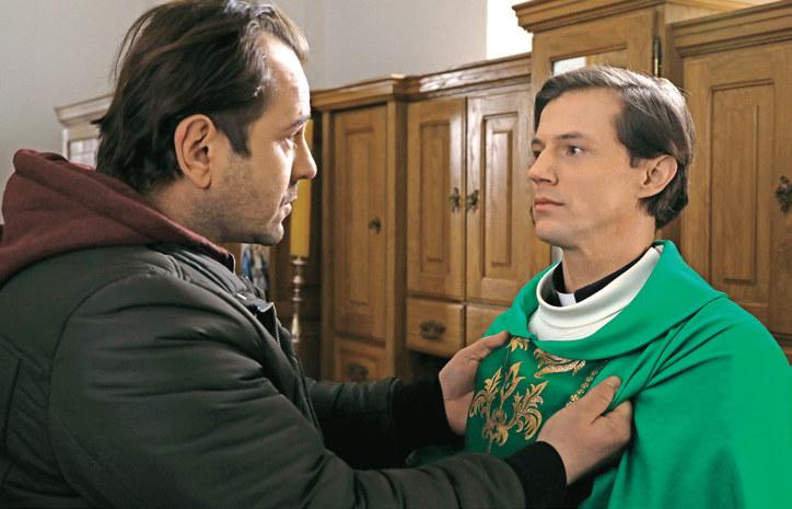 Grzelak domyśli się, że syna jego żony i nowego proboszcza łączą więzy krwi /Świat Seriali