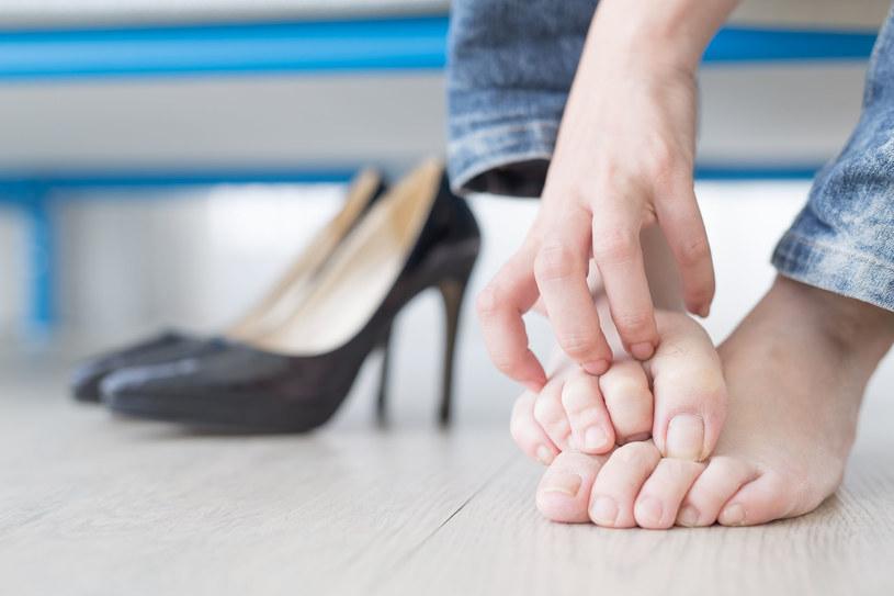 """Grzybicy stóp nie wolno zaniedbać. Nieleczona może """"wędrować"""" i siać zniszczenie na całym ciele /123RF/PICSEL"""