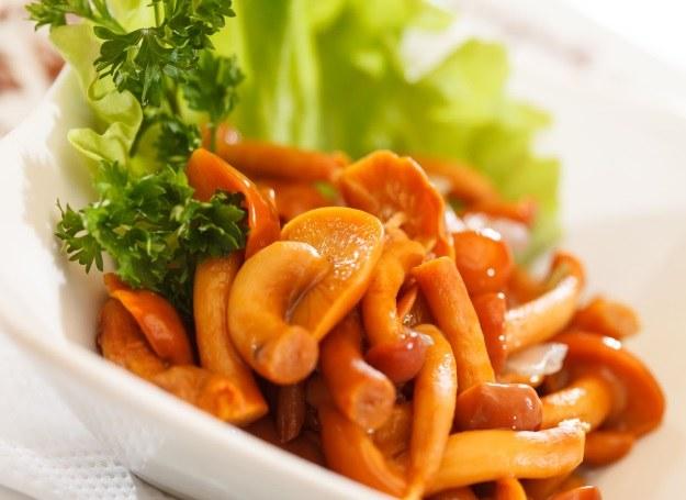 Grzybki w occie to doskonały dodatek do wędlin, serów oraz sałatek /123RF/PICSEL