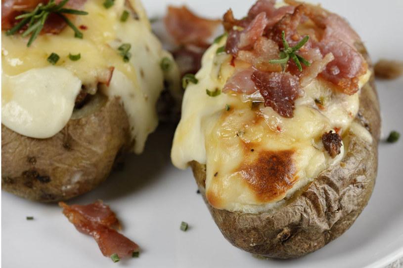 Grzyby zapiekane w ziemniakach /©123RF/PICSEL