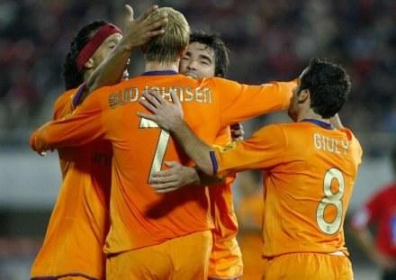 Gudjohnsen przyjmuje gratulacje od Deco i Ronaldinho. Mallorca-Barcelona 1:4 /AFP