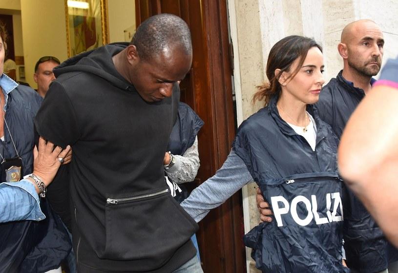 Guerlin Butungu eskortowany przez policję /Associated Press /East News