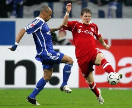 Gustavo Varela walczy o piłkę z Bastianem Schweinsteigerem /AFP