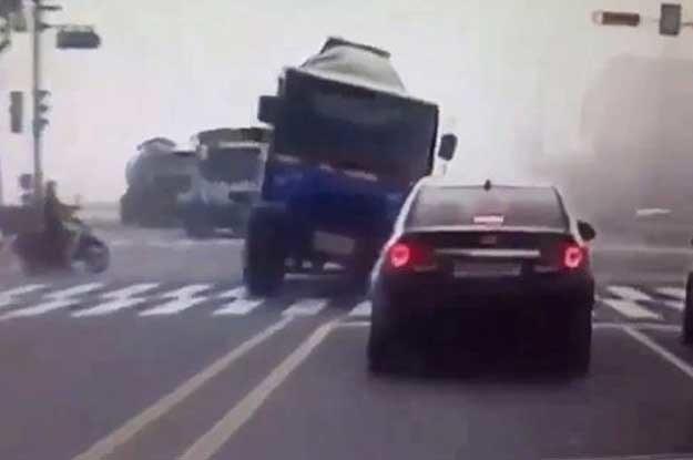 Gwałtowny skręt, w połączeniu z wysokim środkiem ciężkości, sprawiły, że pojazd przewrócił się na stojący na czerwonym świetle samochód osobowy /