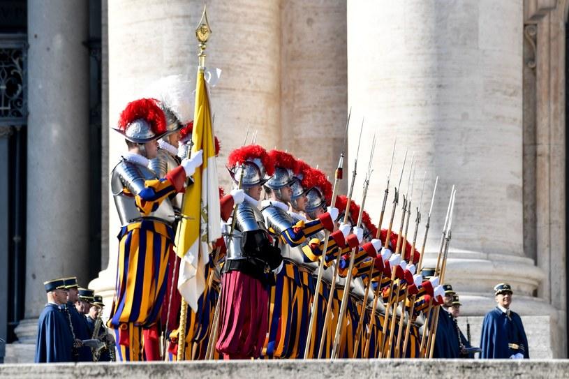Gwardia Szwajcarska przed błogosławieństwem Urbi et Orbi /AFP