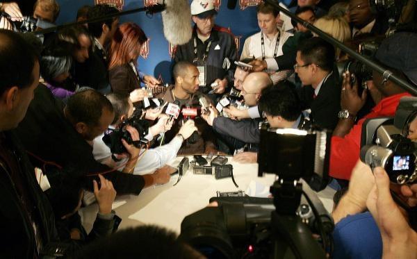 Gwiazda L.A. Lakers Kobe Bryant jak zwykle w centrum uwagi /AFP