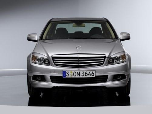 Gwiazda zamocowana w sposób tradycyjny, na masce wyróżnia wersje Elegance i Komfort. /Mercedes