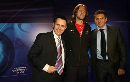 Gwiazdy Polsatu Sport Roman Kołtoń (z lewej) i Mateusz Borek (z prawej) z Kamilem Kosowskim. /INTERIA.PL