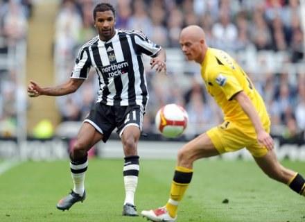 Habib Beye (z lewej) zamienił Newcastle na Aston Villę. /AFP