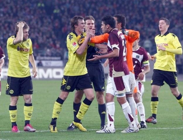 Haggui tylko dzięki szybkiej reakcji arbitra uniknął poturbowania przez wściekłych piłkarzy Borussii /Getty Images/Flash Press Media