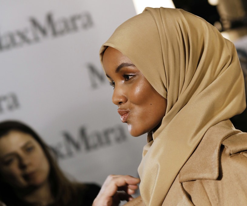 Halima Aden chodzi po wybiegu w hidżabie /Getty Images