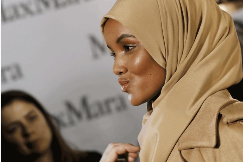 Halima Aden przed pokazem MaxMary podczas Tygodnia Mody w Mediolanie /Getty Images