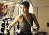 """Halle Berry jako Jinx w filmie """"Śmierć nadejdzie jutro"""" (2002) /"""