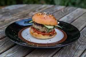 Hamburger z jagnięciną dosmaczoną siekanym jarmużem z miętowo-pistacjowym