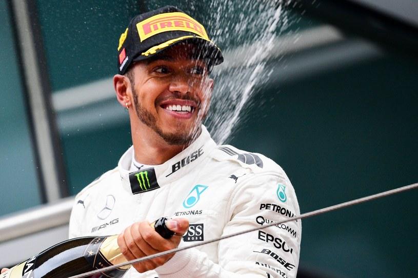 Hamilton chce wymazać rekord Senny dotyczący kolejnych pole position /AFP