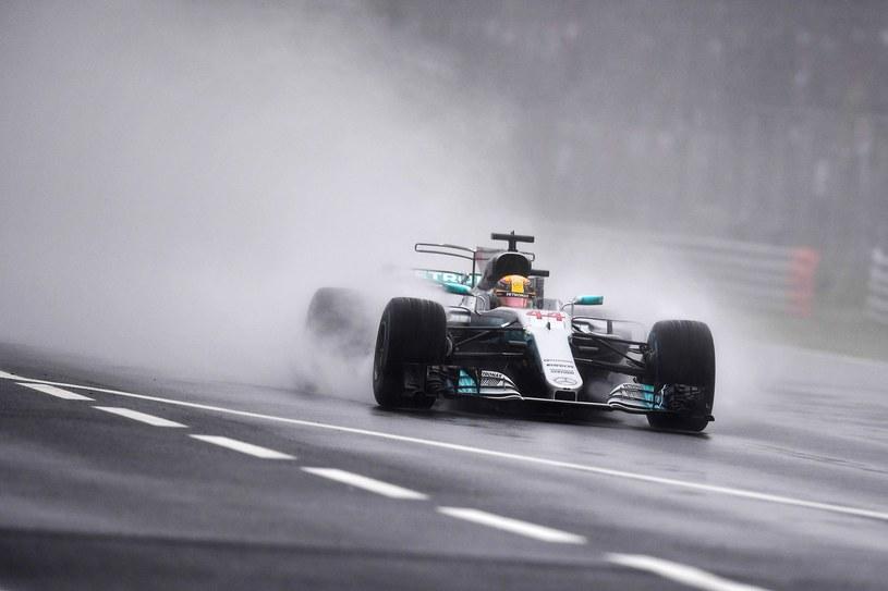 Hamilton podczas deszczowych kwalifikacji na torze Monza /AFP