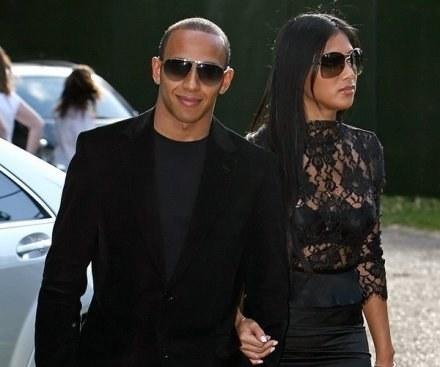 Hamilton więcej uwagi poświęca pięknej Nicole, niż bagażom. /AFP