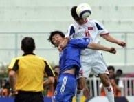 Han Song Chol (Korea Płn) i Suzuki Takayuki (Japonia) w walce o piłkę /AFP
