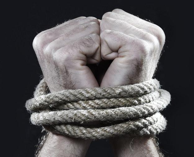 Handel ludźmi to intratny biznes XXI wieku /123RF/PICSEL