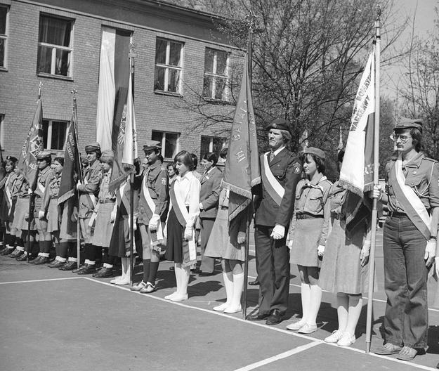 Harcerskie poczty sztandarowe. Zdjęcie z 1978 roku /Z archiwum Narodowego Archiwum Cyfrowego