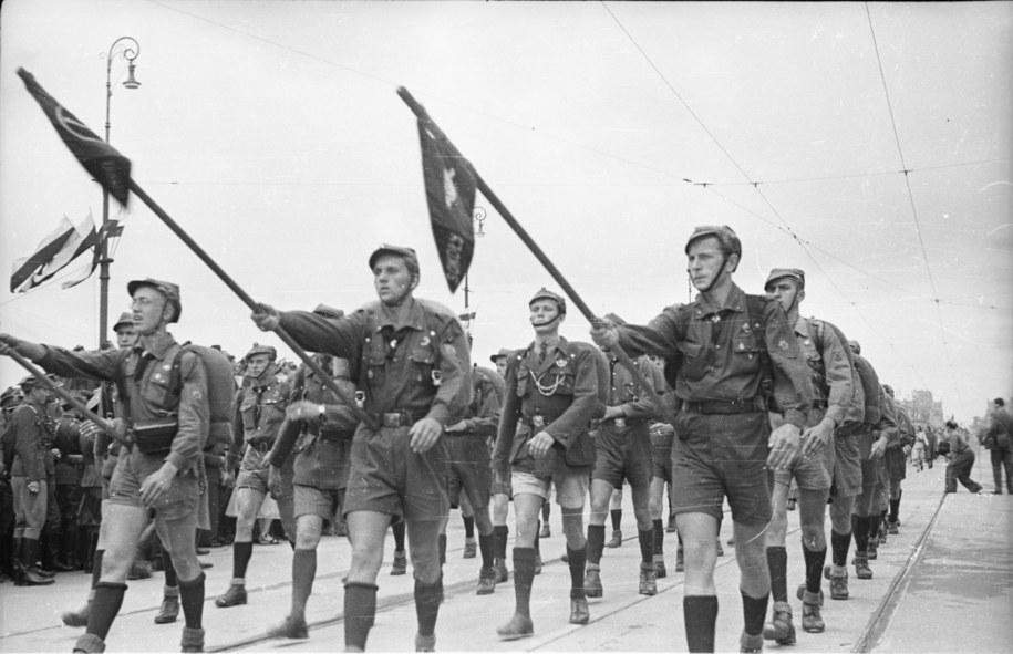 Harcerze w paradzie z okazji 22 lipca. Most Poniatowskiego, 1946 rok /CAF /PAP
