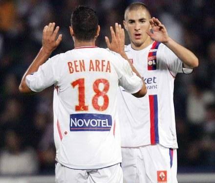 Hatem Ben Arfa i Karim Benzema fetują kolejną bramkę dla Lyonu /AFP