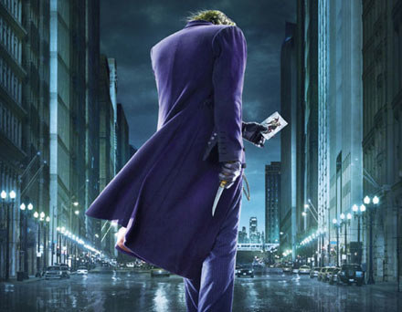 "Heath Ledger jako Joker na plakacie reklamującym 'The Dark knight"" /"