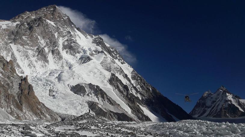 Helikopter z Adamem Bieleckim, Denisem Urubko i Piotrem Tomalą  dolatuje do bazy pod K2 /archiwum prywatne