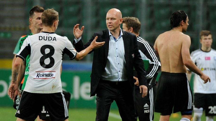Henning Berg gratuluje Ondrejowi Dudzie /Bartłomiej Zborowski /PAP
