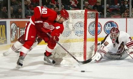 Henrik Zetterberg (czerwony strój) wpadł w oko Gretzky'emu/fot. Dave Sandford, Getty Images /