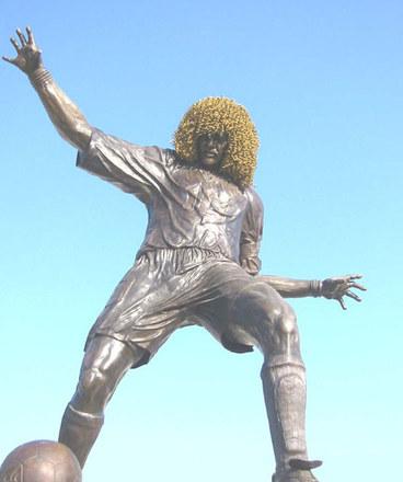 Ostatnio modne stało się stawianie pomników za życia. Swoje monumenty mają więc m.in. słynny kolumbijski pomocnik, Carlos Valderrama i wciąż grający (obecnie w Arsenalu), Thierry Henry. Który z nich podoba wam się bardziej?